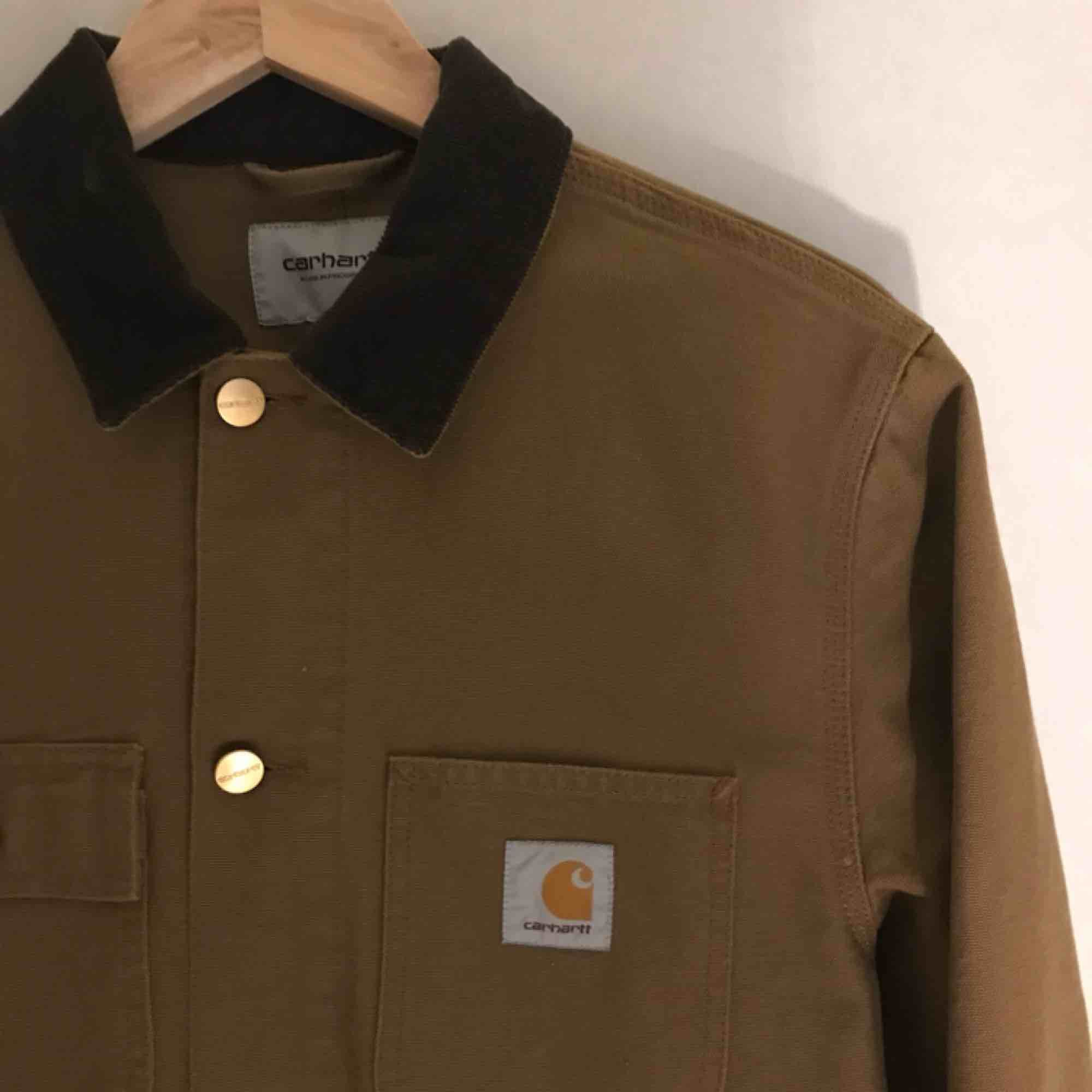 Knappt använd jacka från Carhartt! Möts upp i Stockholm, annars står köparen för frakt :) . Jackor.