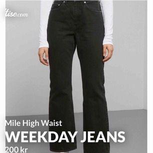 Dundersnygga jeans från Weekday till ett pangpris 😍😩 Tyvärr fick jag hem fel storlek av leverantören så kan därför inte använda (W29). Supersnyggt utsvängda nedtill och ger så fina konturer. Urtvättad svart! Butikspris: 500kr.