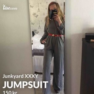 Denna jumpsuit bar jag på min avslutningsmiddag i skolan och den går verkligen både att klä upp och klä ner. Den är i sweatshirt-material med resår i midjan. Dragkedja längs ryggen som blir dold när den är stängd. Från Junkyard XXXY.