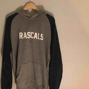 Hoodie från Rascal's. En mindre fläck på bröstet, annars i bra skick. Möts upp i Stockholm, annars står köparen för frakt! :)