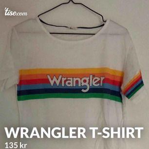 """Vit t-shirt från Wrangler, inköpt på Jeansbolaget! Ord. pris låg på 349:- så detta är verkligen ett kap! Supersnyggt med den lilla """"kaptensbindeln"""" på ena ärmen. Den är märkt med strl M men skulle säga att den lutar mot en S."""