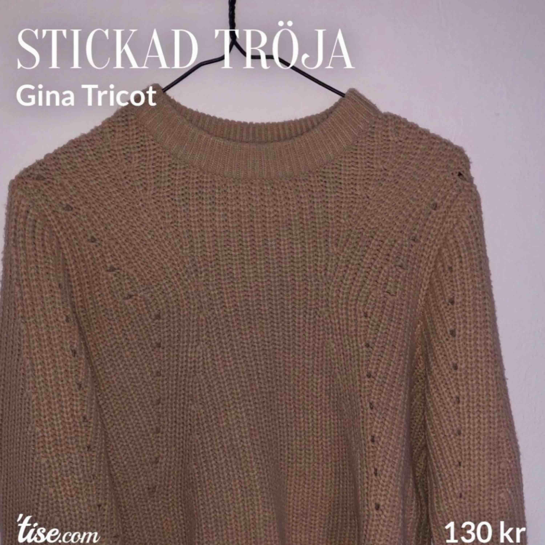 Söt stickad tröja från Gina Tricot. Har supersnygga ballongärmar med tight ärmslut! Köpt för 299:- och i gott skick då den i princip inte används då det inte riktigt är min stil. Storlek S. . Stickat.