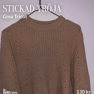 Söt stickad tröja från Gina Tricot. Har supersnygga ballongärmar med tight ärmslut! Köpt för 299:- och i gott skick då den i princip inte används då det inte riktigt är min stil. Storlek S.