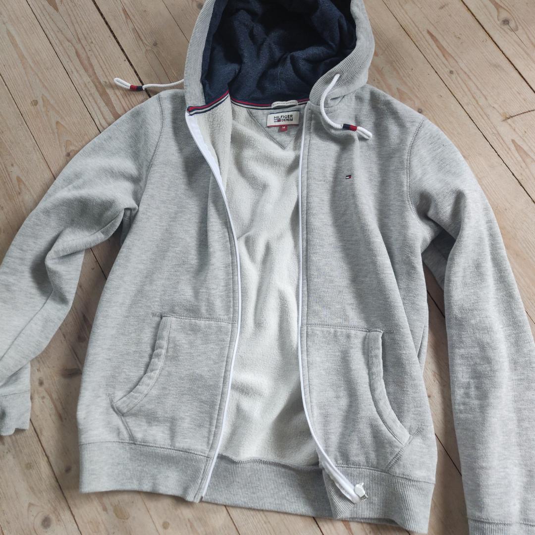 En till Tommy Hilfiger hoodie, denna är grå, är i ett tjockare material och har en zipper🥰 den är i M i herrstorlekar, men funkar på alla kön såklart🙌 frakt tillkommer. Huvtröjor & Träningströjor.