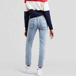 Jättesnygga Levis jeans, använda men i jättebra skick. Säljs för att dem inte används. I modellen 501. Frakt tillkommer. Verkligen jätte trendiga och fina!