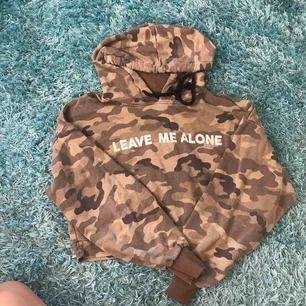 En croppad hoodie från bershka i camouflage färg. Helt oanvänd