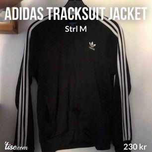 Klassisk, tidlös Adidas Tracksuit-Jacka. I tracksuit-material såklart, så passar både till träning och till vardags. Nypris: 699:-  Cond: 10/10 , säljer åt min pojkvän