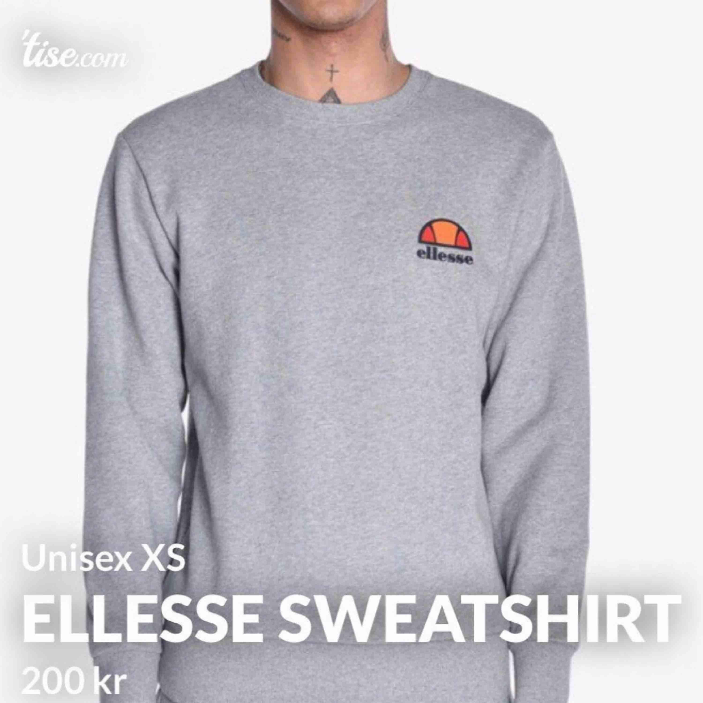 SUPERSNYGG och trendig Ellesse sweatshirt, inköpt för 749:- , helt oanvänd, inga flaws eller någon som helst skada. Varför jag säljer den så billigt är pga. att den inte kommer till användning hos mig vilket den förtjänar. 🖤. Tröjor & Koftor.