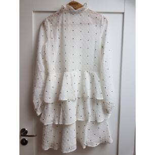 Helt ny klänning använd en gång. Köper vanligtvis 36/S men denna sitter fint o löst på mig.  Pris exkl frakt.