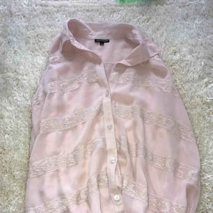 En fin, rosa blus med spetsdetaljer från kappahl i storlek 158, men kan även kanske passa en XS. Aldrig använd, så i bra skick. Säljer för att den är för liten och inte min stil. Kan mötas upp i Stockholm :)