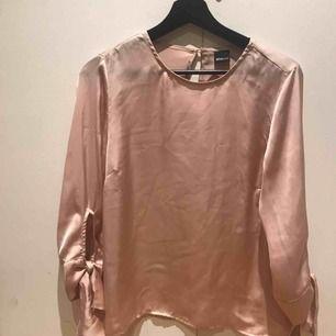 Fin rosa blus från Gina Tricot. Mycket sparsamt använd.