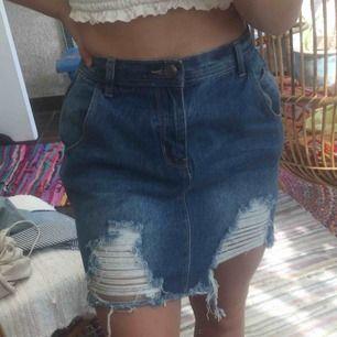 Fin jeans kjol köppt på boohoo som tyvär är lite stor för mig som är en ganska liten s :) köpare står för frakt