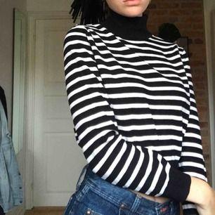 """Söt tröja med polokrage💜 den är ganska kort så det är nästan som en magtröja. Ganska tjockt, """"stickat"""" material så perfekt nu till hösten!!❤️❤️"""