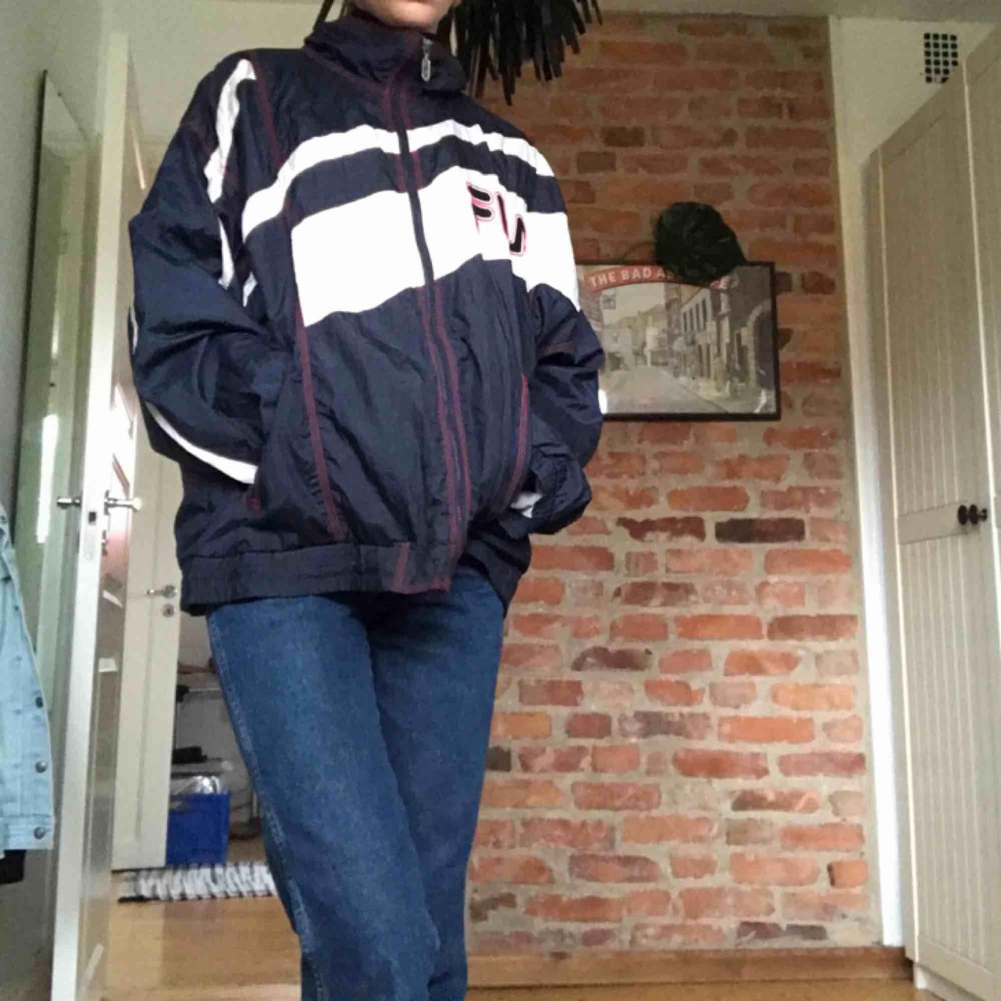 Fila windbraker💜 ganska liten i storleken så den är lite oversized på mig som är S.. Jackor.