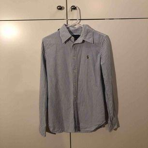 Ralph Lauren HEIDI skjorta i perfekt skick, använd en gång. Den är tyvärr lite för liten för mig så därför säljer jag den. Kan frakta eller mötas upp i Stockholm.