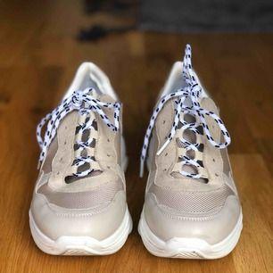 VAMSKO sneakers i modellen SOWHAT. Är använda 2-3 gånger så är i nyskick!  Storlek 36. Originalpris är 499kr. Frakt tillkommer!