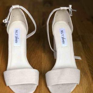 NLY shoes klackskor, block heel. 10cm hög klack i beige.  Använda 2-3 gånger, är i bra skick!  Storlek 37. Originalpris är 299kr. Frakt tillkommer!
