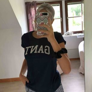 Fin mörkblå Gant t-shirt, använd fåtal gånger då det inte är min stil.  Tröjan är i nyskick, normal i storleken. (Köparen står för frakt)