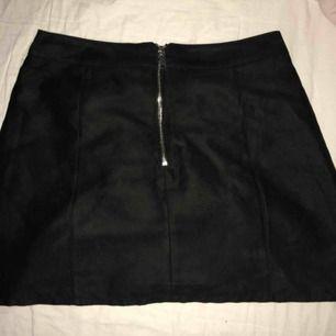 Söt kjol i mockaimitation från H&M. Storlek 38. Aldrig använd så den är i gott skick. Fraktar eller möts upp i Västerås.