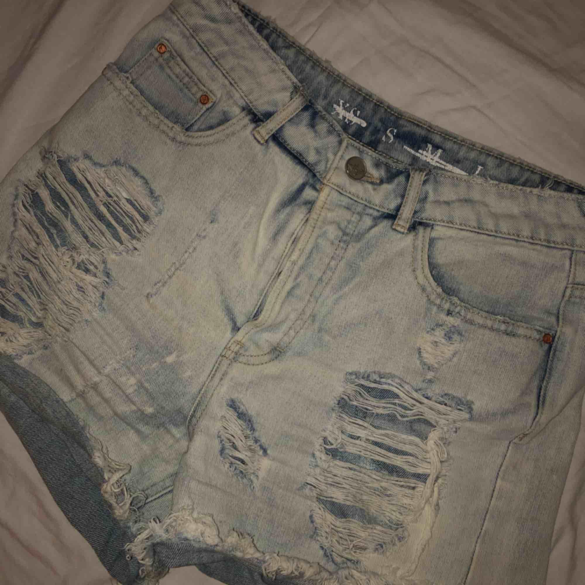 Säljer dessa jeansshorts med slitningar. Storlek S. Kan frakta eller så möts vi upp i Västerås.. Shorts.