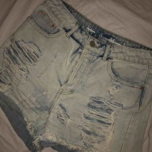 Säljer dessa jeansshorts med slitningar. Storlek S. Kan frakta eller så möts vi upp i Västerås.