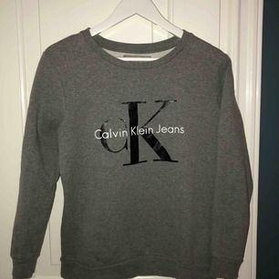 Grå Calvin Klein sweatshirt i strl XS