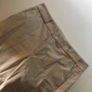 Säljer dessa snygga beiga kostymbyxor från Mango. Storlek 38. Aldrig använda utan de har bara legat i min garderob därav lite skrynkliga. Kan fraktas annars möts vi upp i Västerås.