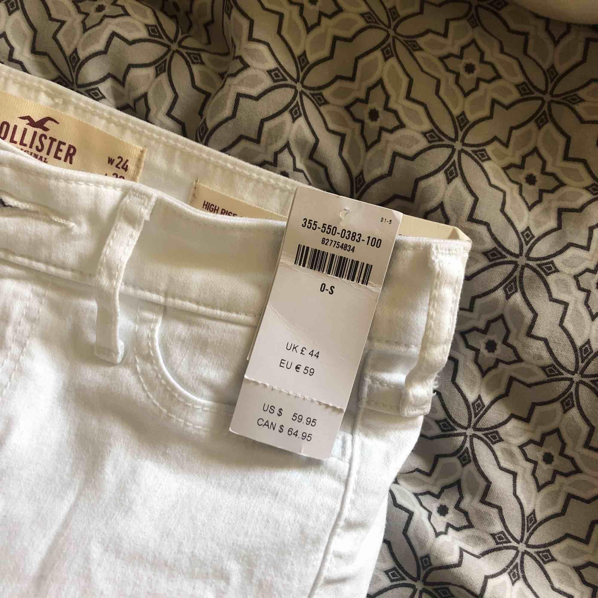 Nya Hollister håliga high waist jeans med prislapparna fortfarande kvar. Tyvärr var de lite för små för mig och därför ska dessa nu få flytta. 😅 Storlek W24 / L28. Nypris 590kr. Jeans & Byxor.