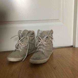 Fina skor med inbyggd klack, säljer pga inte min stil och är använda 4 gånger max. (Köparen står för frakt) kan annars mötas upp i Örebro.