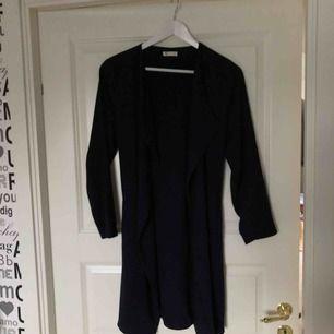 En fin mörkblå kappa ifrån Cubus i storlek S. Säljer pga för kort i ärmarna och jag är 176cm lång. (Köparen står för frakt) kan annars mötas upp i Örebro.