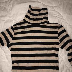 Långärmad tajt tröja med polo ifrån GinaTricot Aldrig använd
