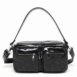 Säljer min helt nya noella väska då det blev fel storlek.  Höjd: 20 cm Längd: 32 cm Bredd: 10 cm   Köparen står för frakten🌸