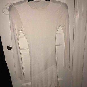 Fin klänning ifrån GinaTricot Strechig så passar olika storlekar och formar sig bra  Öppen slits i ryggen Nypris 300kr  Använd 2 gånger ungefär