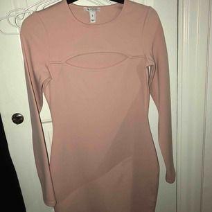 Gammaldagsrosa klänning ifrån Nelly, oanvänd endast testad Formar sig bra och en öppen slits ovanför brösten