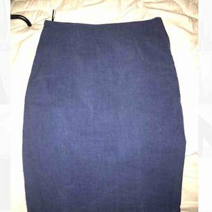 Kjol ifrån acne i jeans färg Två dragkjedjor vid sidan ungefär 1 dm  Storleken är S eller M