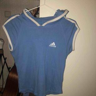 adidas tshirt med luva i storlek L men sitter som en S  kan mötas upp i stockholm annars betalar köparen för frakt! ⭐️