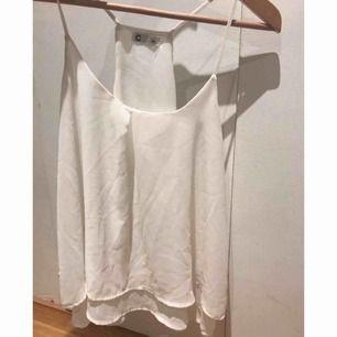 Fint vitt linne i skönt luftigt material från Cubus. Den är i mycket gott skick och sparsamt använd.