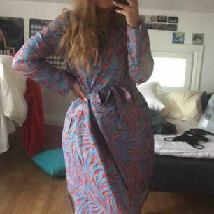 dundersnygg skjortklänning från floryday, helt nyköpt och aldrig använd! sitter hur skönt som helst och är snygg till allt!