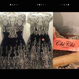 Oanvänd klänning i storlek UK6 eller EU 34, men passar även S.