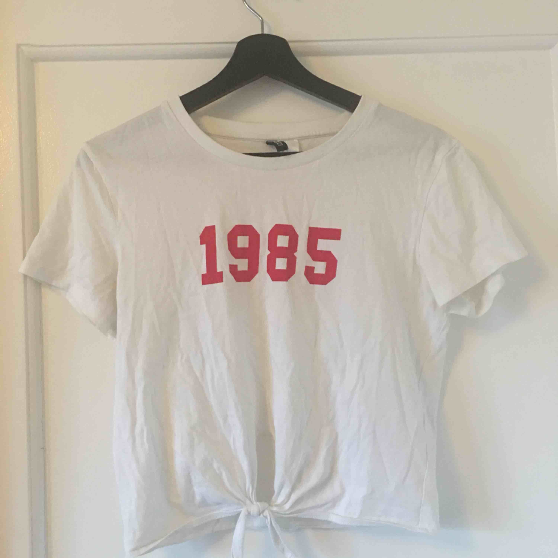 Croppad t-shirt från hm 10kr frakt tillkommer. Toppar.