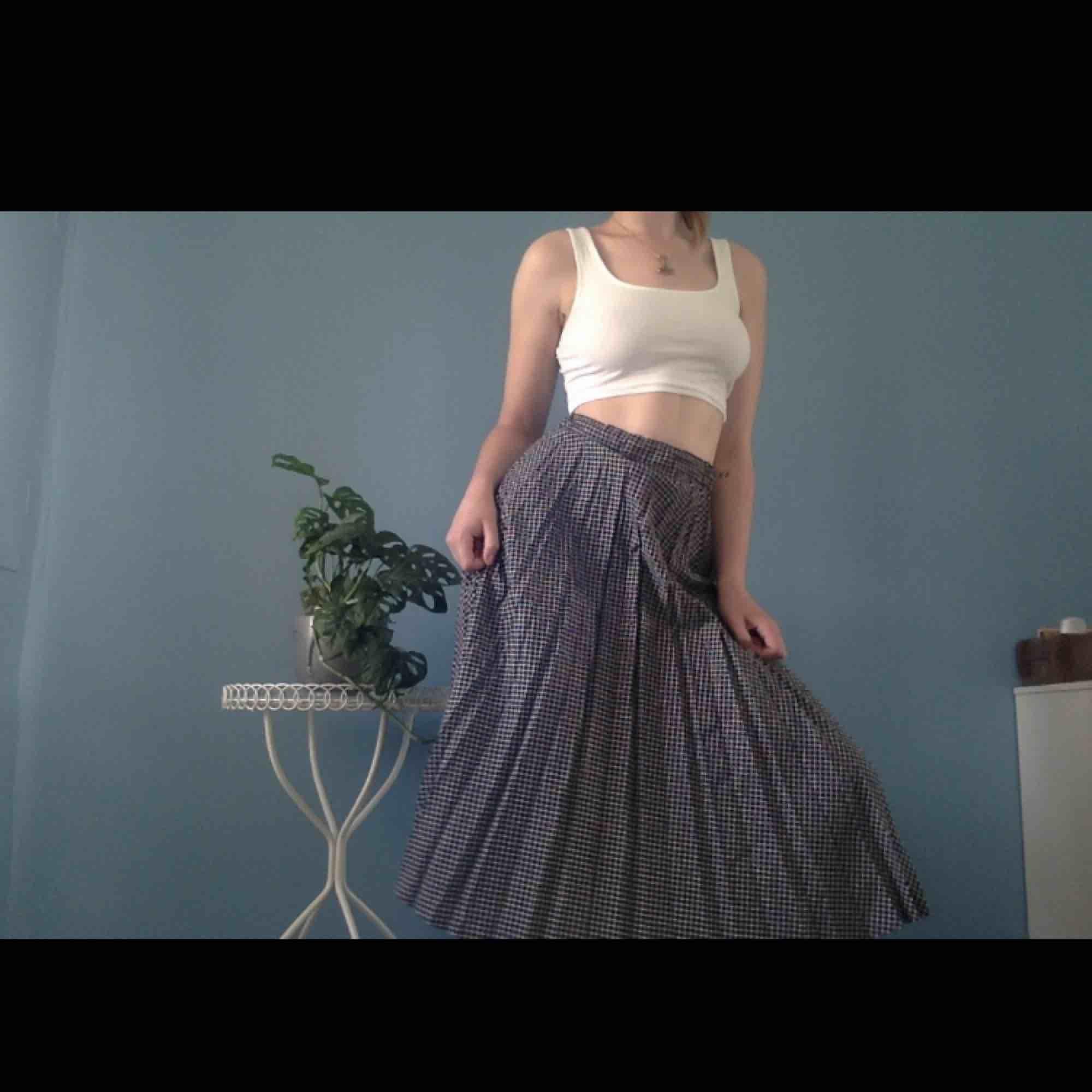 Plisserad kjol i rutigt mönster ifrån Westerlind🥀. Kjolar.
