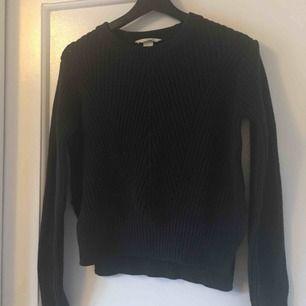 Mörkgrå tröja från hm med liten slits på sidorna & lite längre bak, 10kr frakt tillkommer