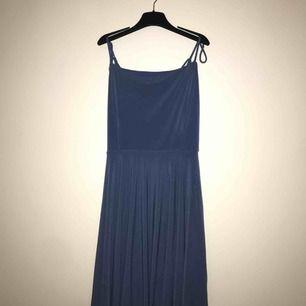 Supersöt, blå klänning från bikbok. Aldrig använd, därav priset. Nypris 199. Har knutit upp banden en bit då de va för långa för mig men de är lätta att knuta upp igen. 150kr, frakt inräknat. Kan mötas upp i tranåsområdet eller i sthlm.