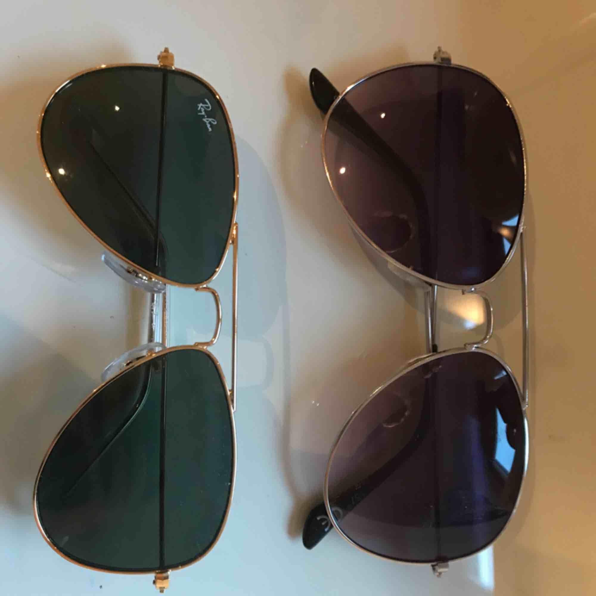 Två par solglasögon i bra skick. Det ena paret är från rayban. . Accessoarer.