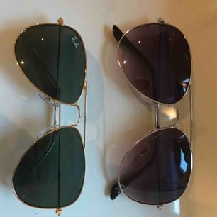 Två par solglasögon i bra skick. Det ena paret är från rayban.