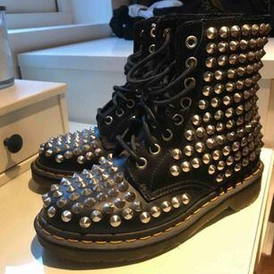Supercoola skor från Dr.Marten (äkta). I väldig bra skick. Passar mig som vanligtvis har 36/37 i skor.