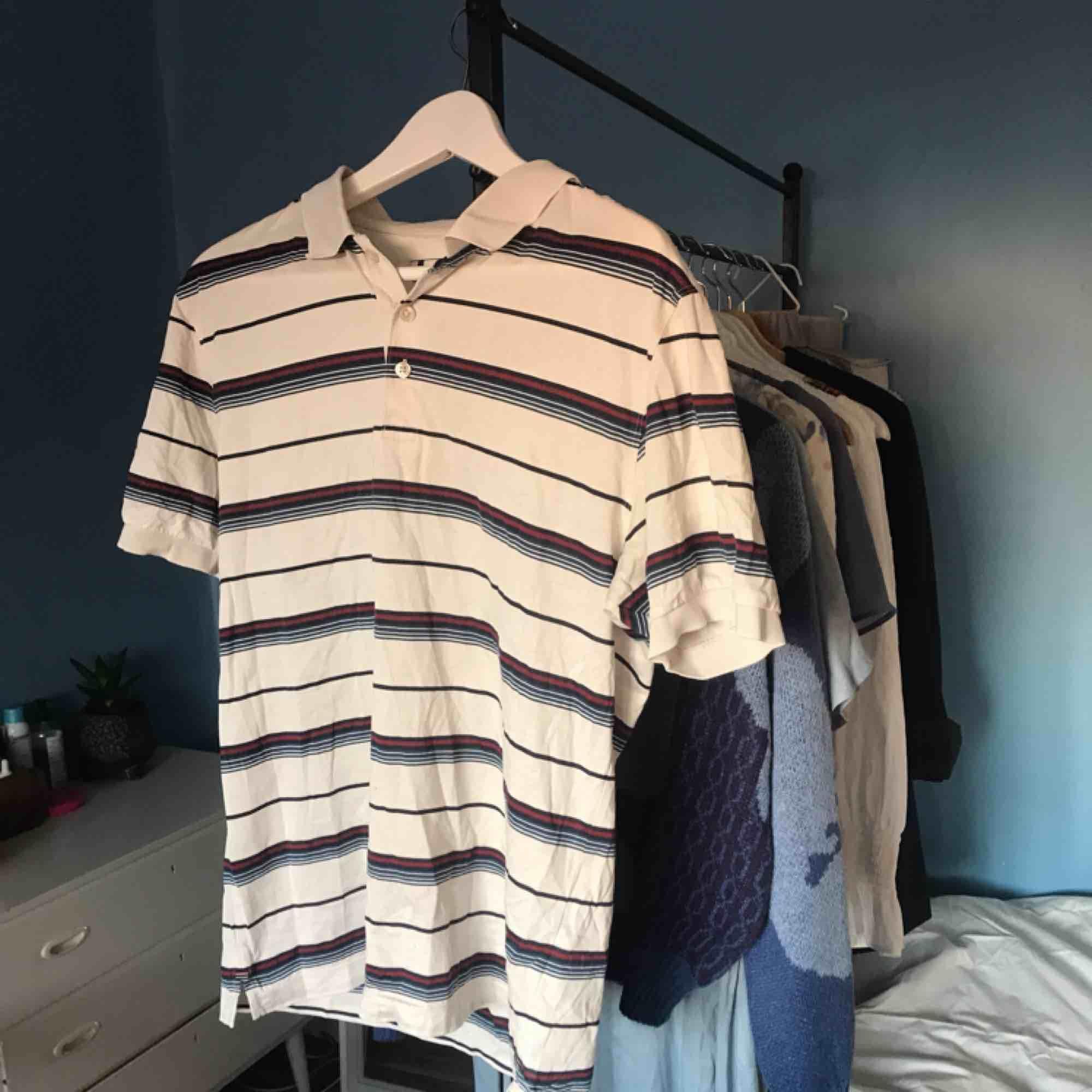 Oversized polo tröja ifrån dressman🥀. Skjortor.