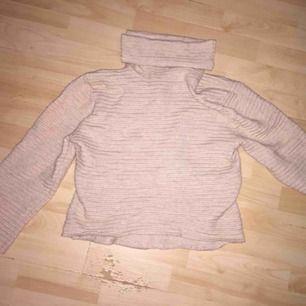 Jätteskön tröja från Only i storlek xs, beige i färgen och passar perfekt när det är kallare ute