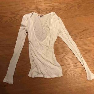 Ribbat & v-ringad långärmad vit tröja. I superfint skick.