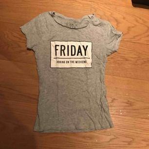 Grå T-shirt med snyggt tryck.